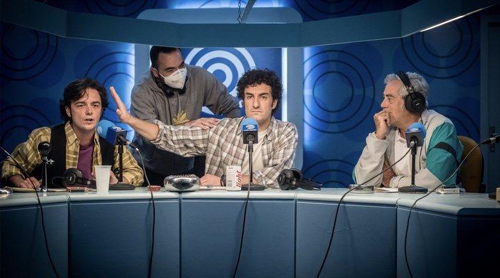 Así es 'Reyes de la noche', la nueva serie de Movistar+ que recupera los  años dorados de la radio deportiva - eCartelera