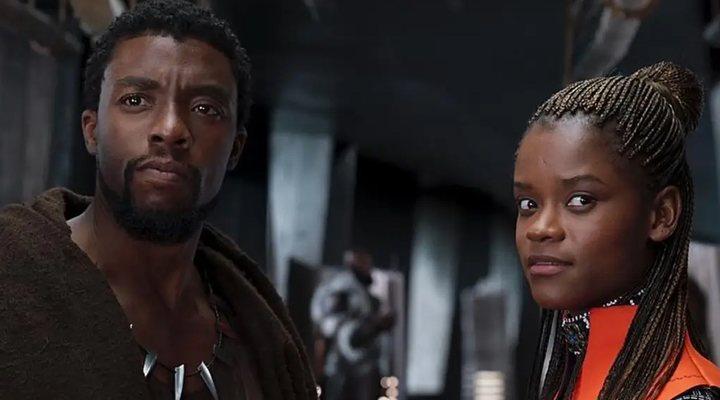 Letitia Wright y Chadwick Boseman en 'Black Panther'