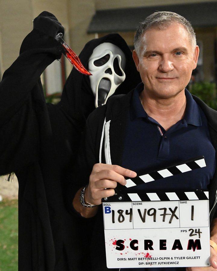 Ghostface y Kevin Williamson en el rodaje de 'Scream 5'