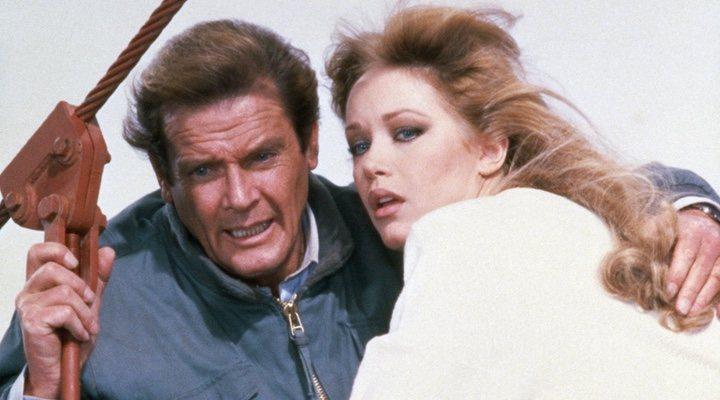 Roger Moore y Tanya Roberts en 'Panorama para matar'