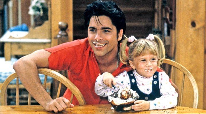 John Stamos con una de las gemelas Olsen en 'Padres Forzosos'