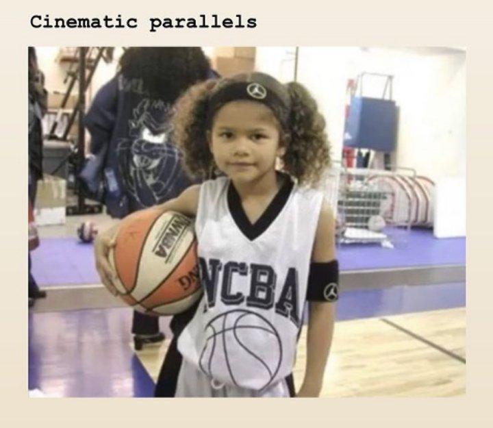 Zendaya de pequeña con un balón de baloncesto