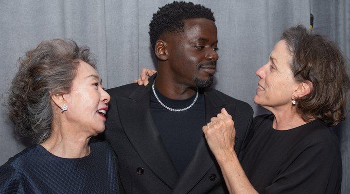 Youn Yuh-Jung, Daniel Kaluuya y Frances McDormand en los Oscar 2021