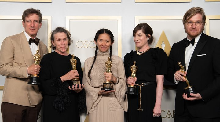 El equipo de 'Nomadland' posa con su Oscar