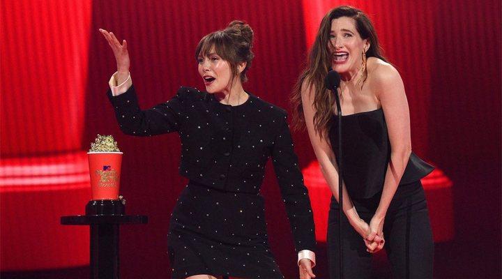 Elizabeth Olsen y Kathryn Hahn en la gala de los MTV Movie & TV Awards