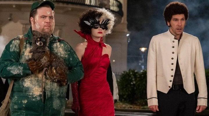 Paul Walter Hauser, Emma Stone y Joel Fry en 'Cruella'
