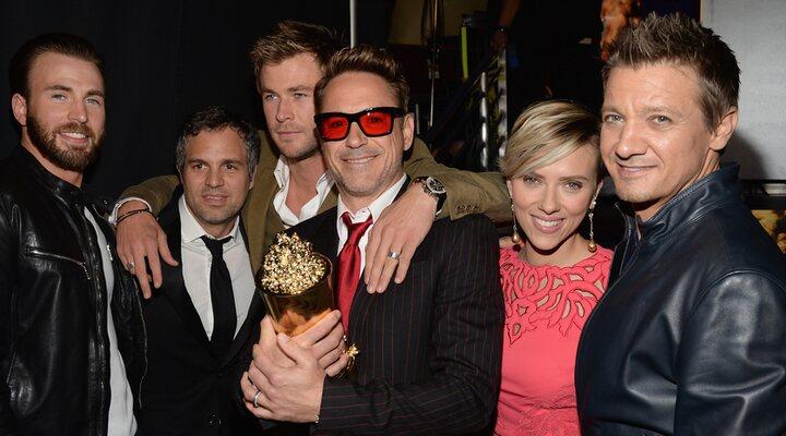 Robert Downey Jr. con sus compañeros de Vengadores en los MTV Movie Awards