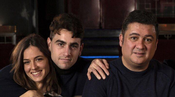 Secun de la Rosa, Marina Salas y Àlex Monner en el rodaje de 'El cover'