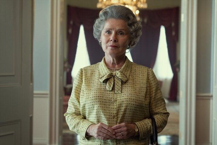 Imelda Staunton como la Reina Isabel II en 'The Crown'