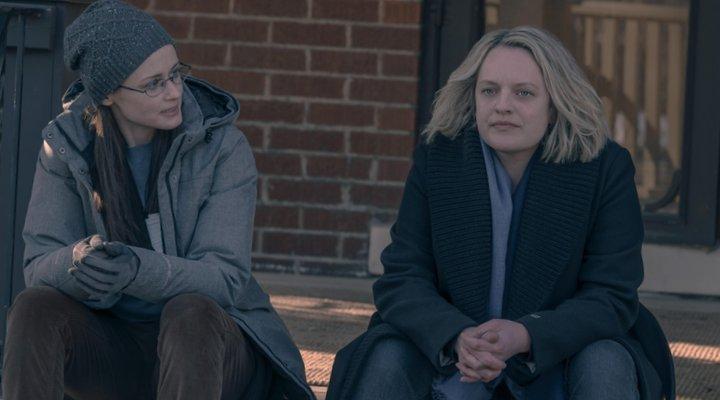 Alexis Bledel y Elisabeth Moss en 'El cuento de la criada'