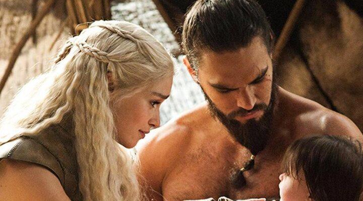 Jason Momoa y Emilia Clarke en 'Game of Thrones', interpretando a Khal Drogo y Daenerys Targaryen