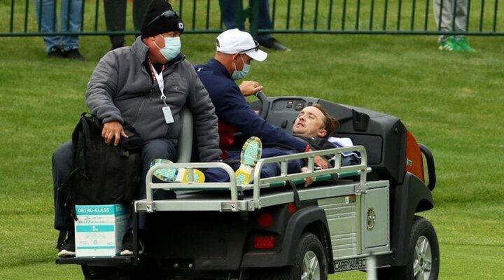 Tom Felton siendo atendido en el evento de Golf