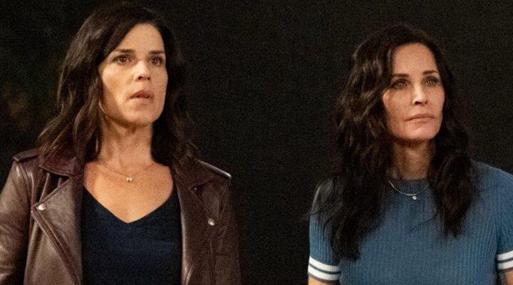Neve Campbell como Sidney Prescott y Courteney Cox como Gale Weathers en 'Scream'