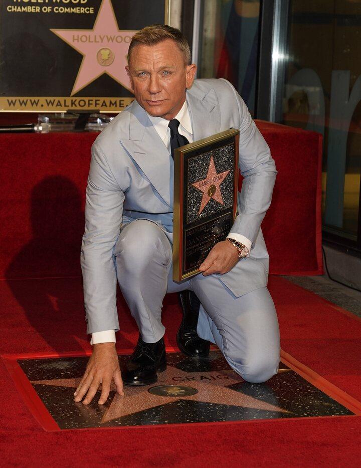 Daniel Craig con su estrella en el Paseo de la Fama de Hollywood