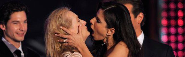 Beso entre Sandra Bullock y Meryl Streep