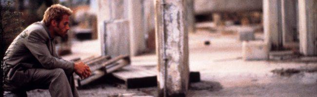 Guy Pearce interpreta al desmemoriado Leonard Shelby en Memento