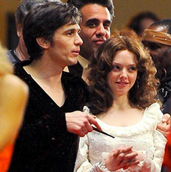James Franco como Hugh Hefner en Lovelace, junto a Amanda Seyfried