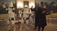 Barack y Michelle Obama bailan con R2-D2 por el Día de Star Wars