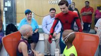 Tom Holland visita un hospital infantil vestido de Spider-Man