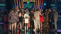 El reparto de 'Por trece razones' entrega el premio MTV a los chicos de 'Stranger Things'