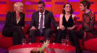 Adam Sandler le toca la rodilla a Claire Foy en El Show de Graham Norton