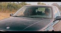 Eduardo descubre que Sabonis ha metido a un hombre en su maletero en este clip de 'Cuñados'
