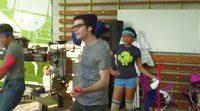 Dylan O'Brien baila junto a sus compañeros de reparto de 'Los becarios'