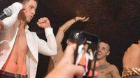 Nick Jonas se queda sin camiseta en un club gay