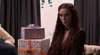 Melissandre en una Baby Shower participando programa de Seth Meyers